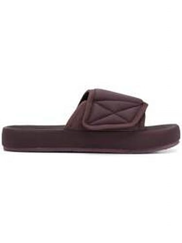 413fc7d7a7783 Kanye West s too-small Yeezy slides send Twitter into a complete ...