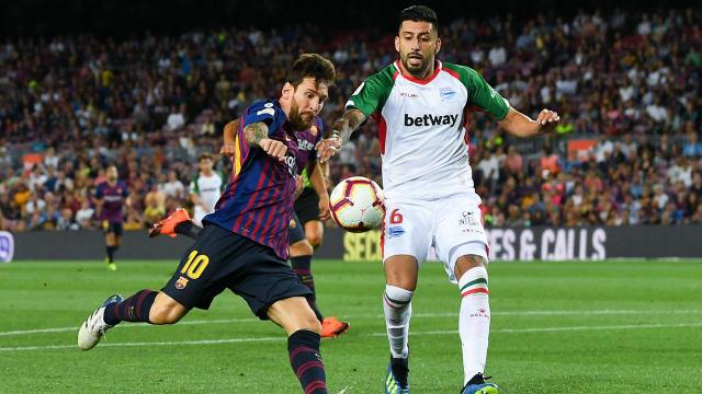 587699dcbb7 Barcelona 3 Deportivo Alaves 0  Messi s milestone goal sets up victory