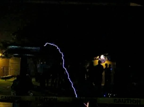 Musical Tesla coil plays Super Mario Brothers theme