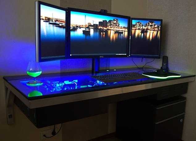 Dutchman integrates a 4.5GHz water-cooled rig into his d3sk