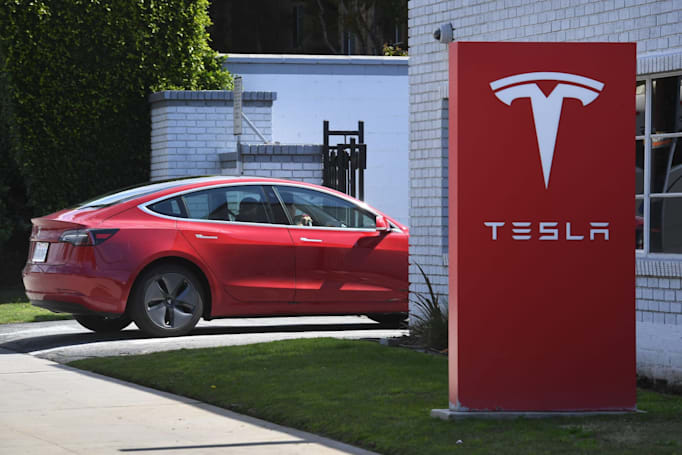 Tesla extends delivery times for base Model 3 by one month