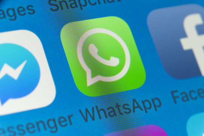 WhatsApp test shares your Status to Facebook with one click
