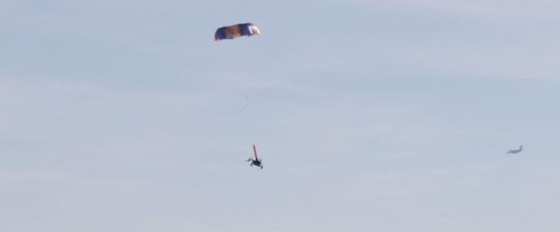 DJI 無人機想合法地在人群頭上飛行?先裝上這個降落傘就行