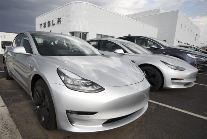Tesla 正在測試面對交通號誌和圓環情況下的自動駕駛功能