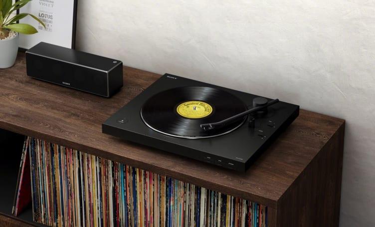Sony 推出擁有自動唱臂和三段音量增益功能的無線黑膠唱盤