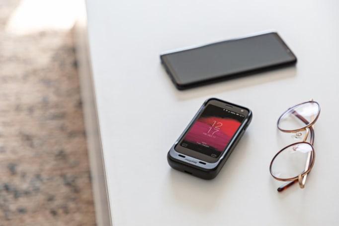 然而沒什麼用的 Palm 也有專屬電池保護殻