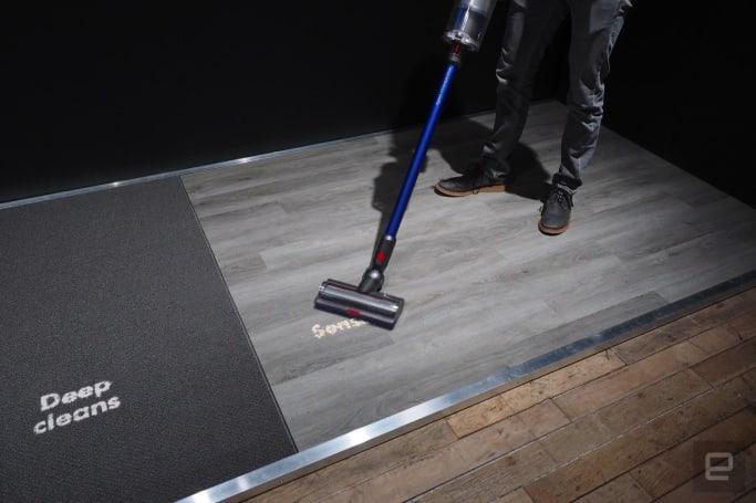 戴森 V11 的新吸头能根据地面类型自动调整吸力