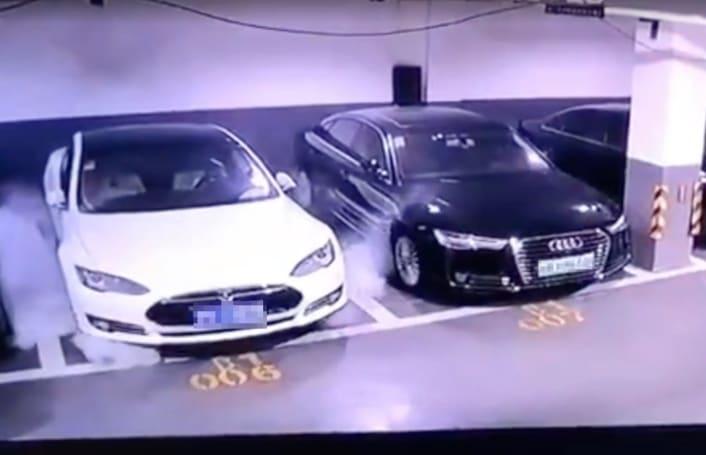 上海一特斯拉 Model S 在静止状态下突然自燃了