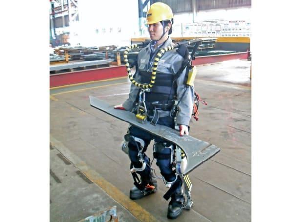 Robotic exoskeletons give dock workers superhuman lifting abilities