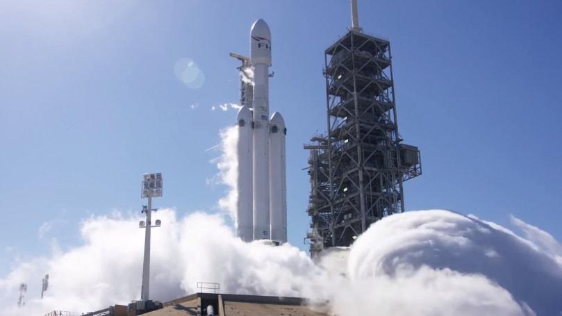 Falcon Heavy 的 27 个引擎终于一起在发射台上进行点火测试了
