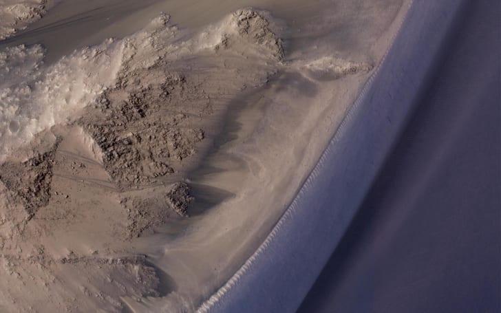 火星山坡上的神祕季節性黑色線條其實不是水?