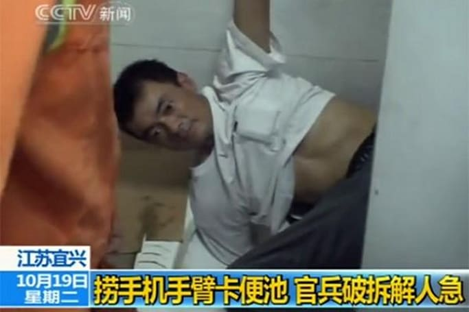 Man traps himself in toilet trying to retrieve cellphone, has time to re-evaluate life priorities (video)