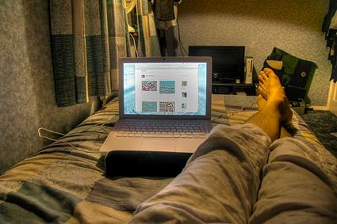 Rig of the Day: MacBook on a bed