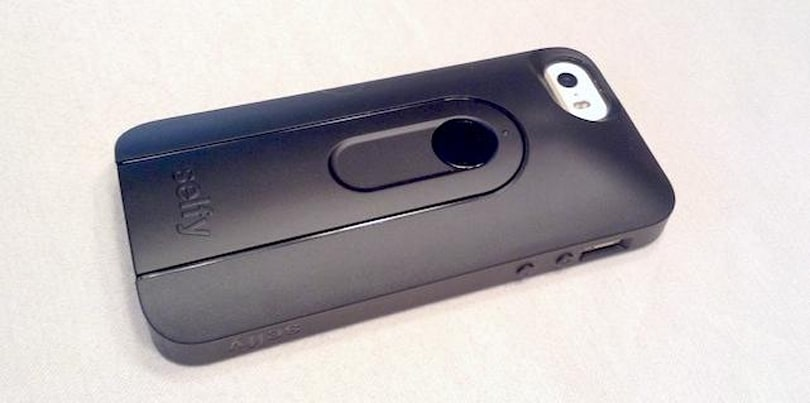 iLuv Selfy iPhone 5/5s case sports a built-in camera remote
