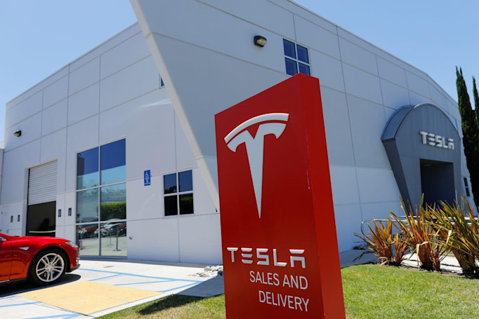 Tesla board forms independent group to explore going private