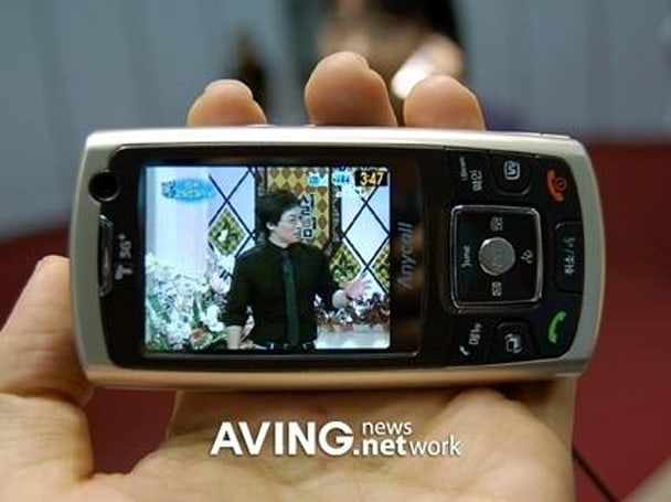 Samsung's dual-personality SCH-W210 with S-DMB