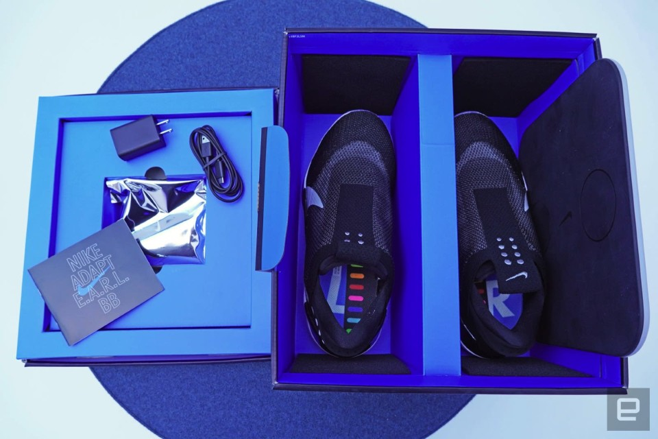 Voluntario beneficioso sutil  Unboxing Nike's self-lacing Adapt BB sneakers is like opening a smartphone  | Engadget