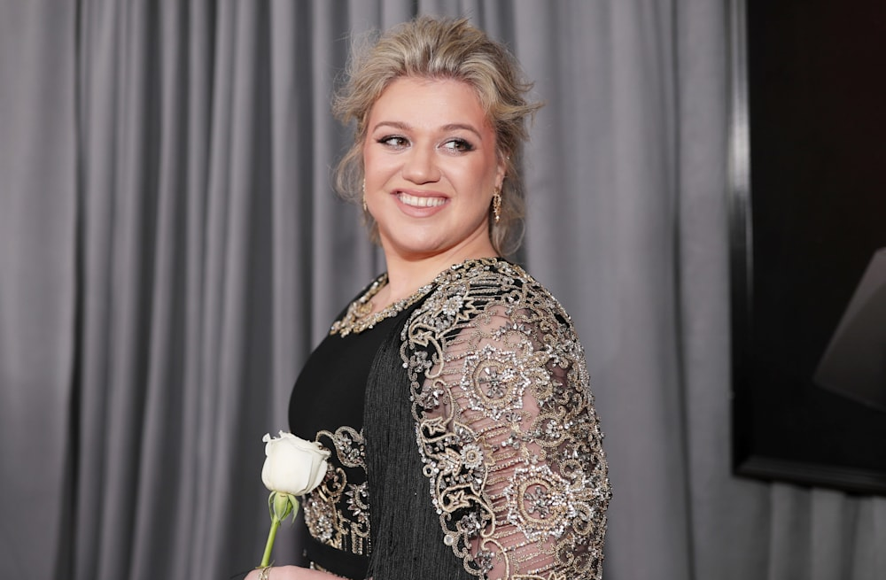 Kelly Clarkson stuns in black and gold gown at 2018 Grammys red ...