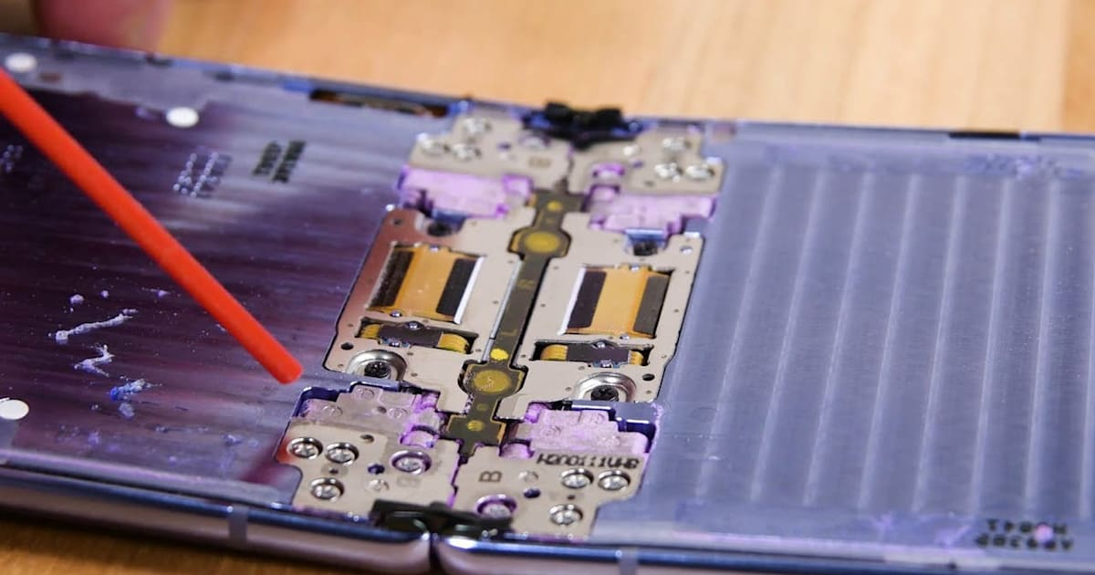 The Galaxy Z Flip's hinge fibers aren't enough to keep dust out 1
