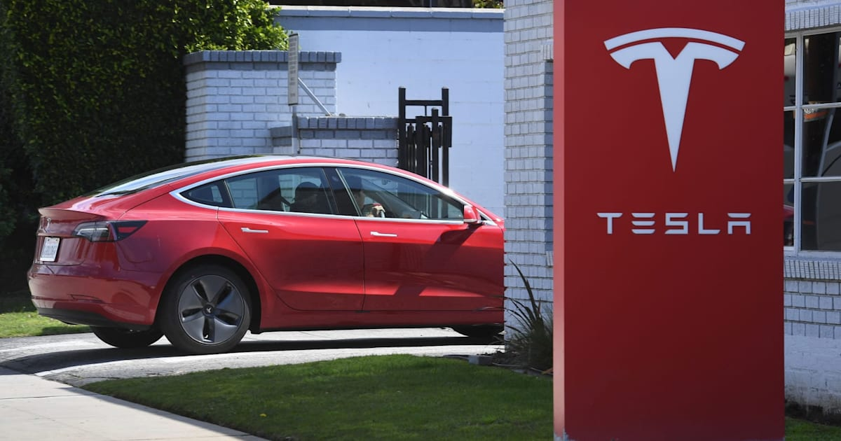Consumer Reports: Tesla's automatic lane changes pose safety concerns