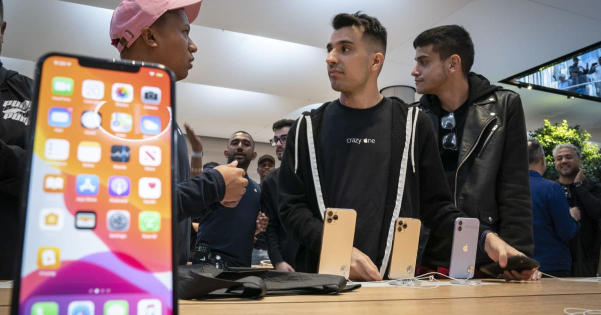 Apple reportedly warns stores of iPhone replacement shortages 1