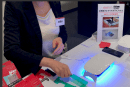 動画:スマホのガラスフィルム、ドコモショップで貼ります。UV照射でかたまる「DOME GLASS」独占販売