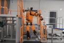 ホンダ、はしごを昇り降りできる二足歩行ロボット「E2-DR」発表