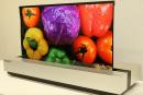 夏普發表與 NHK 共同開發的 OLED 捲曲式電視原型機