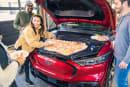 フォードがEVマスタングのユニークな使い方を提案 フロントのトランクをクーラーボックスに