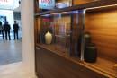 Panasonic 新出的電視原型機能像玻璃一樣嵌在傢俱裡