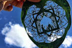 Liebe zum Detail: Künstler schneidet Bilder aus Blättern und Papier