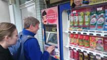 英語を話す自動販売機が訪日客をおもてなし。浅草・雷門で『対話型自動販売機』実証実験