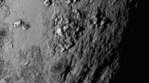 冥王星に富士山クラスの氷の山々。NASAの探査機ニューホライズンズが最接近直前に撮影