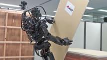 産総研、大工ロボ「HRP-5P」を公開。石膏ボードを巧みに壁に取り付け