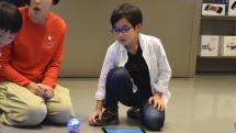 世界中の子どもたちにプログラミング体験を! AppleストアでHour of Code開催。球体ロボで迷路をクリアせよ