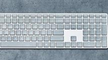 Surfaceキーボードとマウスが12月1日発売。シンプル機能でデザインと素材感にこだわったBLE接続モデル