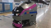 新宿駅に「京王ライナー」風の自律掃除ロボ導入。車内BGMを鳴らし床掃除