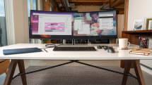 HP 的超寬闊曲面螢幕可以同時顯示兩台主機的內容