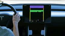 テスラ車の巨大タッチパネルで「スーパーブロック崩し」がプレイ可能に。最新OTAアップデート提供開始