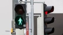 横断したい歩行者を認識するカメラ搭載信号システム、オーストリアで開発