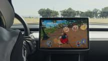 テスラ、運転席で遊べるレースゲーム「Beach Buggy Racing 2」配信。ただし首は斜めでプレイ