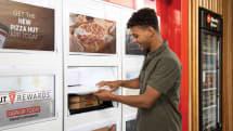 米ピザハット、待たずにピザを持ち帰れるロッカー式ピザ受け渡しサービスをテスト
