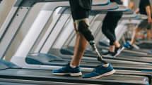 足裏と膝の感覚を取り戻せる義足を開発。歩行が容易になり幻肢痛も軽減