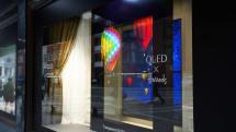 LG 在伦敦哈罗德百货的橱窗里展示自己的透明 OLED 电视