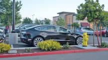 テスラの駐車場出迎え機能「Smart Summon」、あまりスマートでない場合も