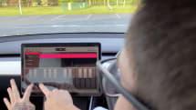 テスラが走る音楽スタジオに。作曲アプリ「Trax」年末のシステムアップデート内に発見