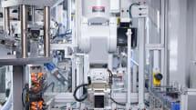 アップル、iPhone自動分解ロボ技術を他社に提供を検討中。「リサイクルより修理可能な製品開発を」との声も
