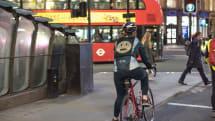 サイクリストが絵文字でドライバーに意思表示できる「Emoji Jacket」フォードが開発