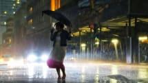 将来は雨傘でスマホ充電?1滴の水で100個のLEDを点灯できる研究が発表