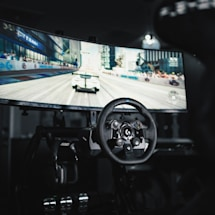 Logitech's G923 racing wheel makes you feel every curve of the road